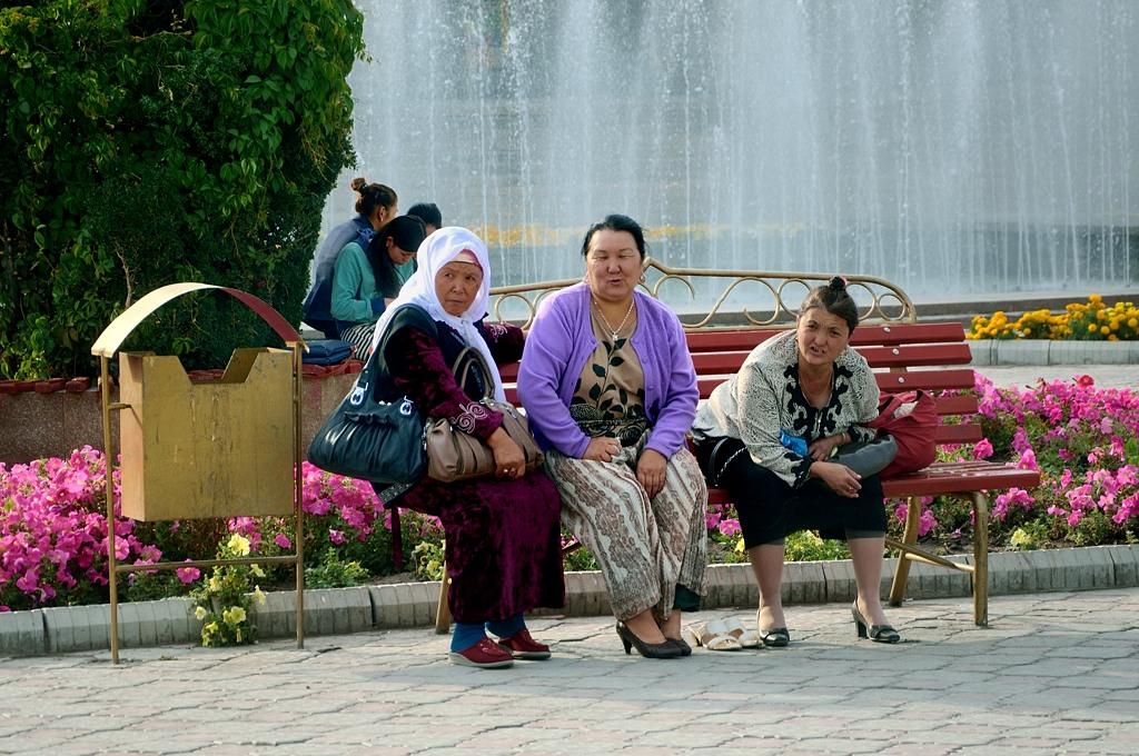 Бабушки у фонтанов