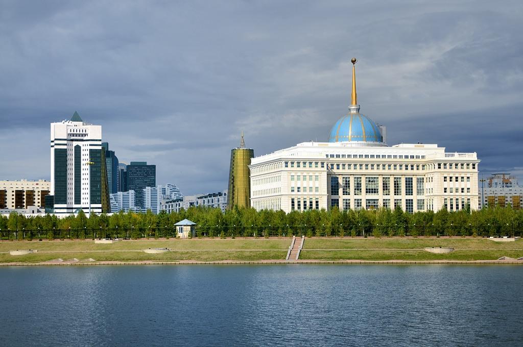 Вид на дворец Ак-Орда с другого берега Ишима