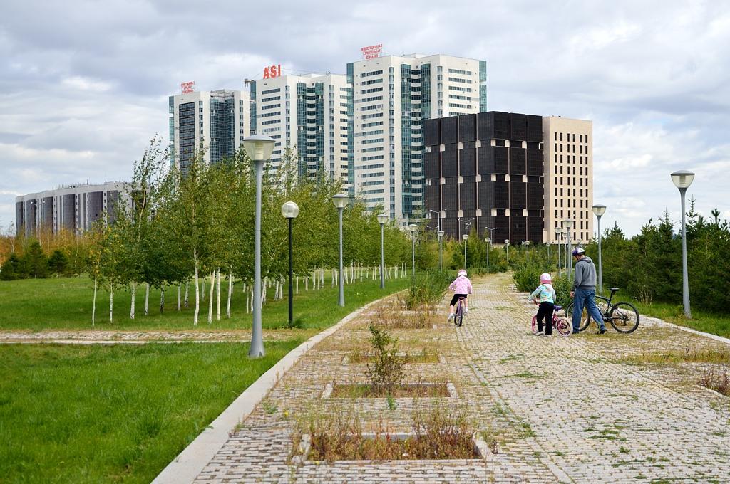 В парке у элитных жилых комплексов