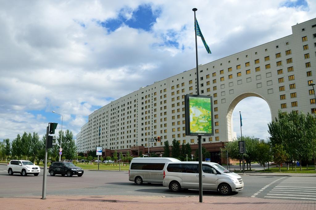 Министерских зданий два, они выполнены в виде длинной-предлинной стены