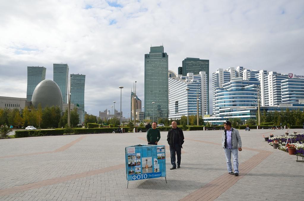 Фотограф на фоне небоскребов