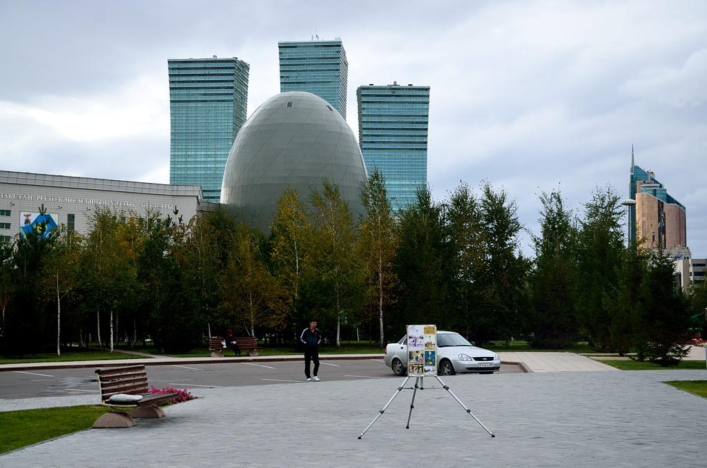 Фотограф на фоне яйца