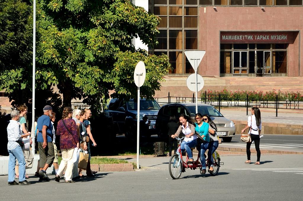 В Бишкеке дают в прокат многоместные велосипеды