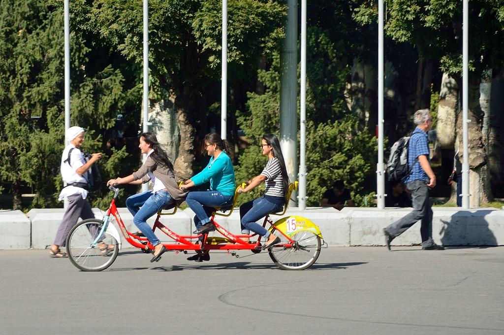 Трехместный велосипед