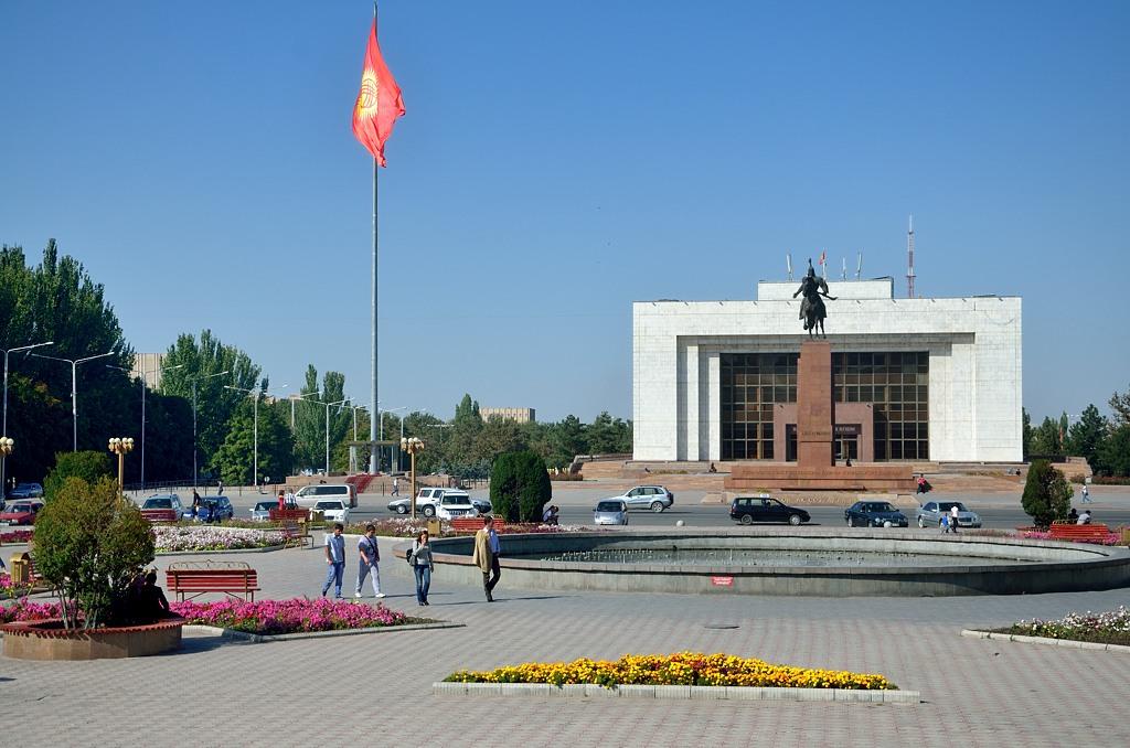 Исторический музей и огромный флаг Киргизии