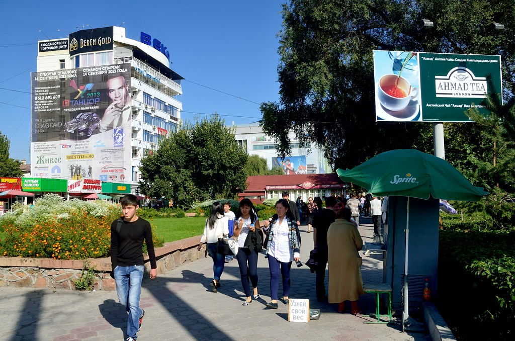 Узнай свой вес. В Киргизии высокая безработица, работу найти трудно, поэтому многие пытаются зарабатывать так