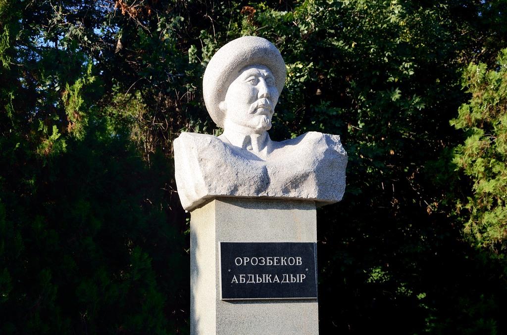 Памятник некоему Абдыкадыру Орозбекову