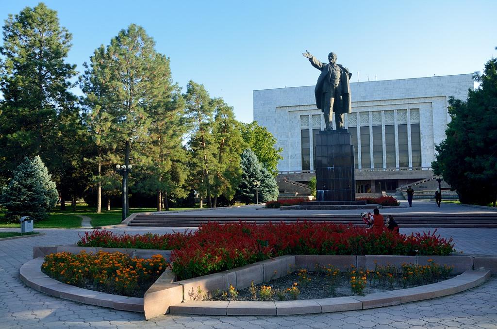 Памятник Ленину позади Исторического музея. Но стоит он лицом к резиденции президента