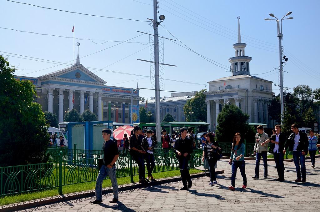 Напротив филармонии - мэрия Бишкека