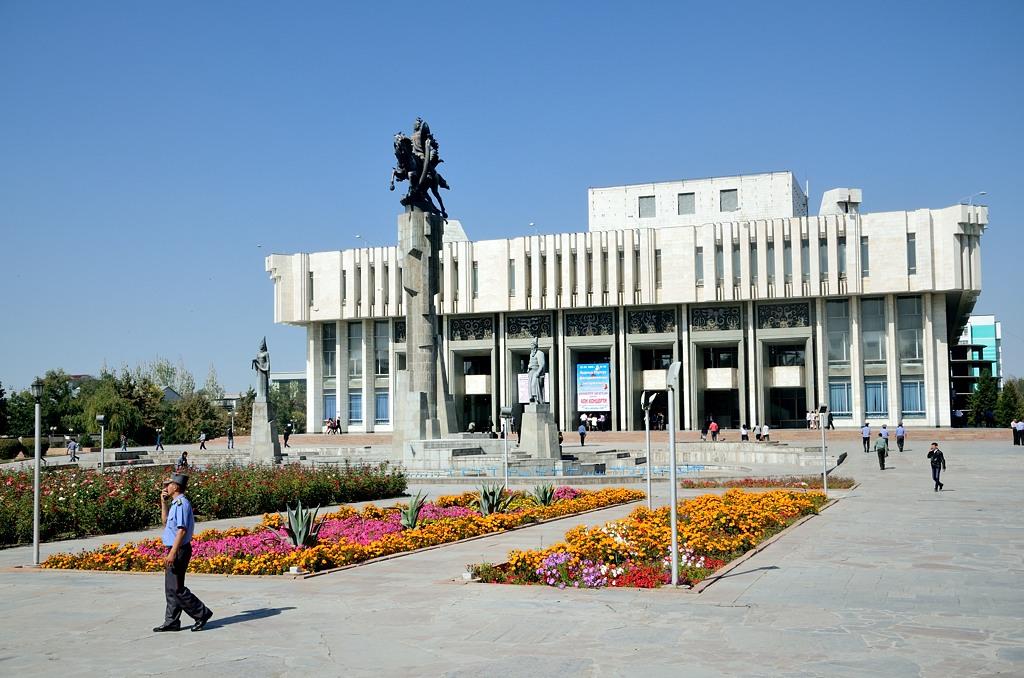 """Филармония и памятник """"Манас"""""""