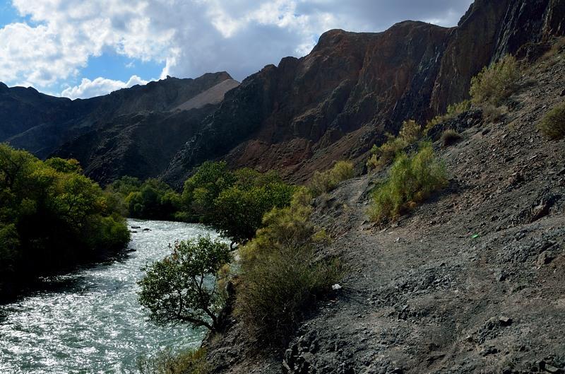 Дальше дороги нет, хотя вдоль реки можно пройти по козьим тропам