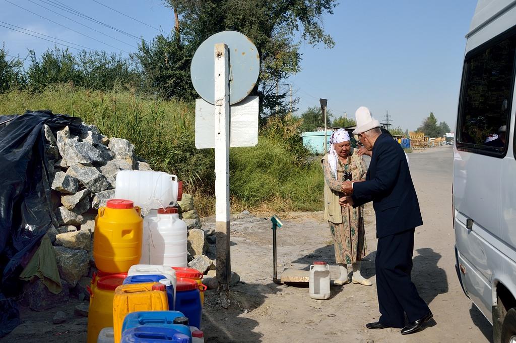 А тут продают камни на развес. Дед в киргизской шапке вылез из нашего автобуса и, видимо, прикупил себе