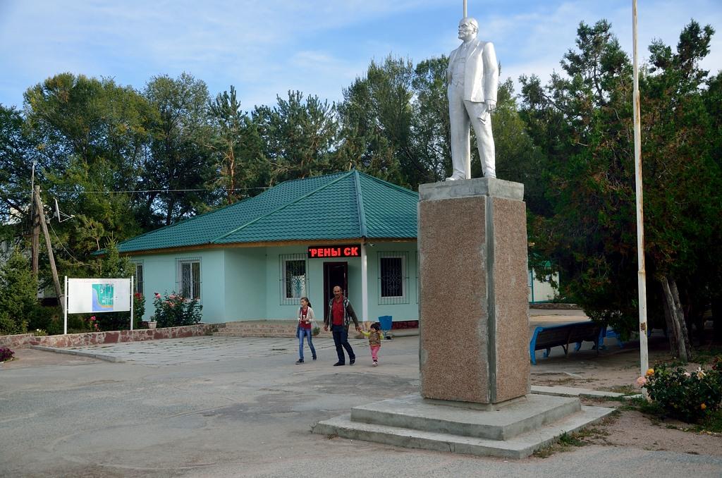 Карго-культ в действии - пока стоит Ильич, клиенты у санатория будут :)