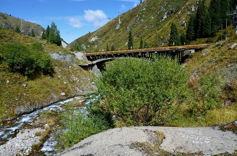 Горная речушка и мост