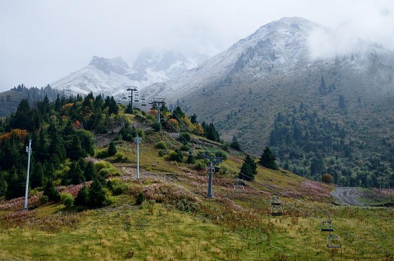 Канатная дорога уходит в горы