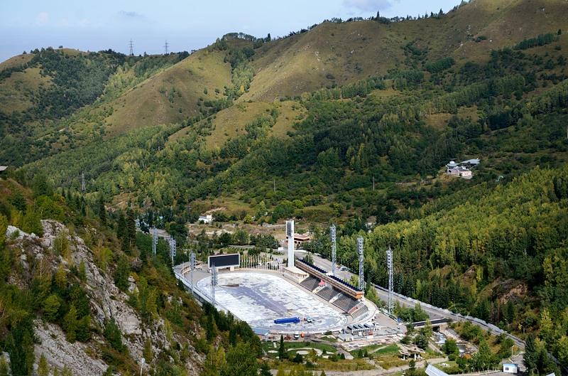 Каток на фоне гор