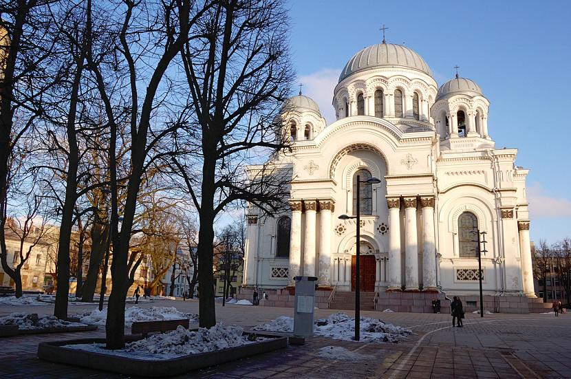 Собор Михаила Архангела. Построен в XIX веке как православный, в 1990 году превращен в католический храм