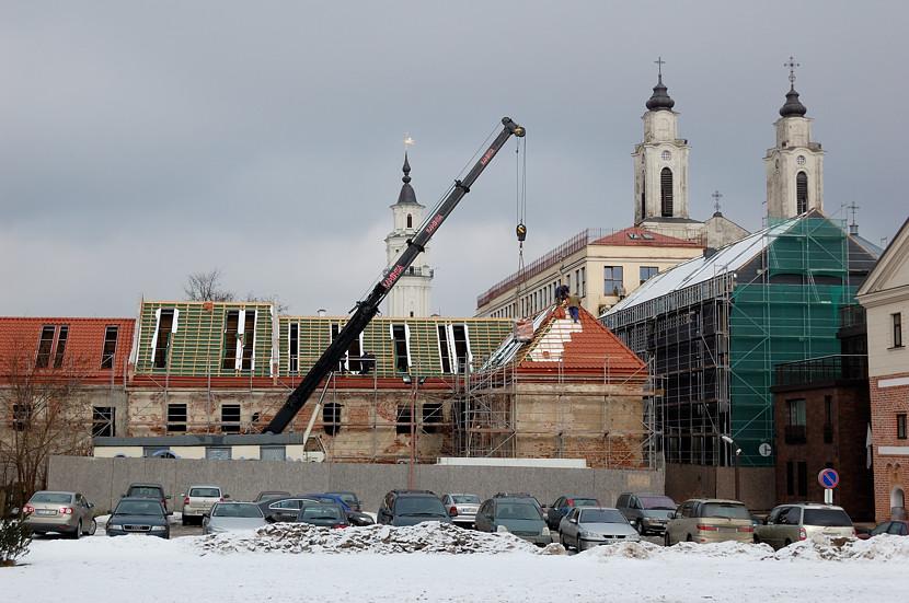 На улицах Каунаса. За стройкой видны башни Ратуши (слева) и церкви Иезуитов (справа)