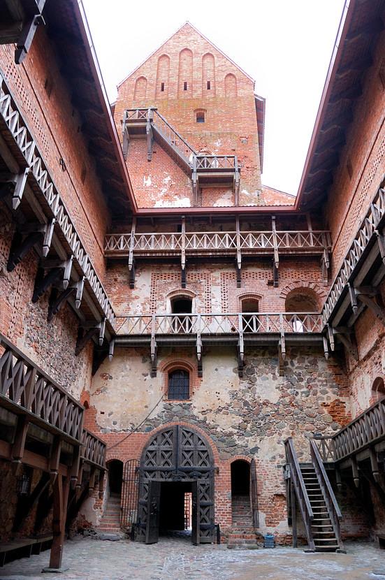Во внутреннем дворике замка
