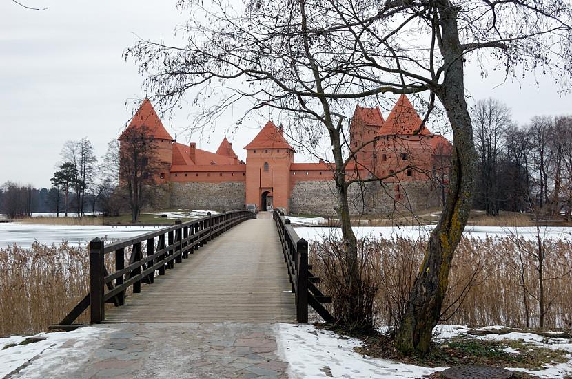 Мостик, ведущий к замку на острове