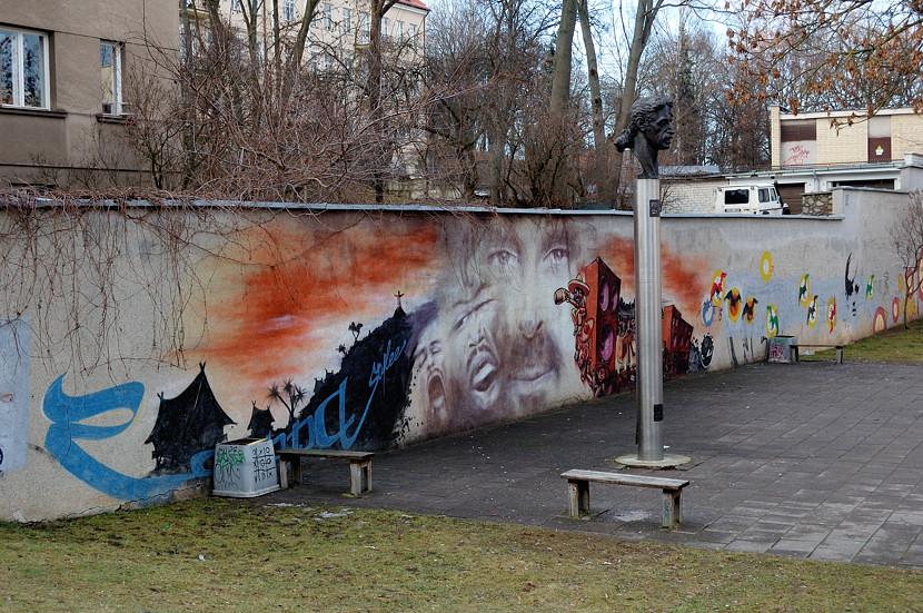 Памятник рок-музыканту Фрэнку Заппе. Совершенно непонятно, чего это все составители путеводителей так умиляются фактом его здесь установки