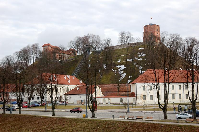 Вид на Литовский Национальный Музей и башню на горе Гедиминаса