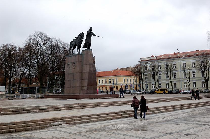 Памятник Великому Князю Гедиминасу на Кафедральной площади. Позади идет восстановление королевского дворца