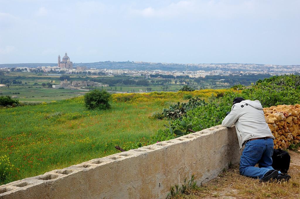 Турист фотографирует пейзаж с церковью Иоанна Крестителя в Шевкии