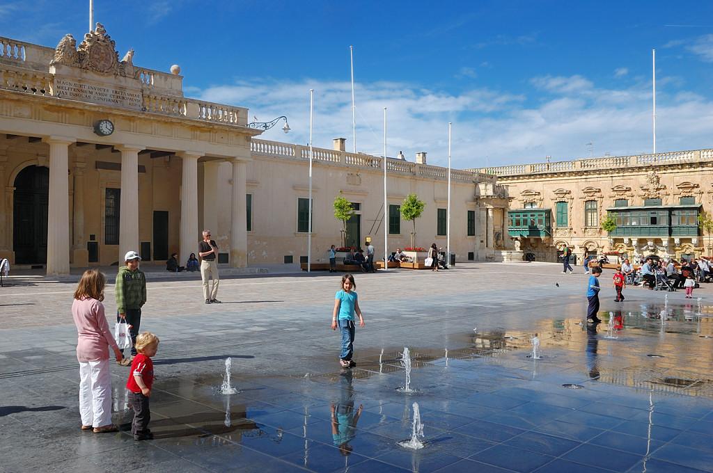 На площади у дворца Великих Магистров