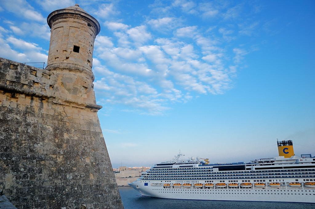 Круизное судно покидает Валетту