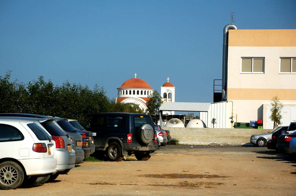 Вид от автовокзала на церковь неподалеку