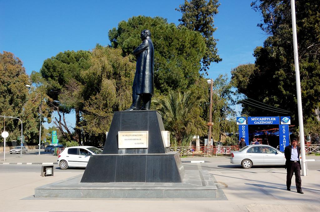 У Киренийских ворот. Памятник Ататюрку