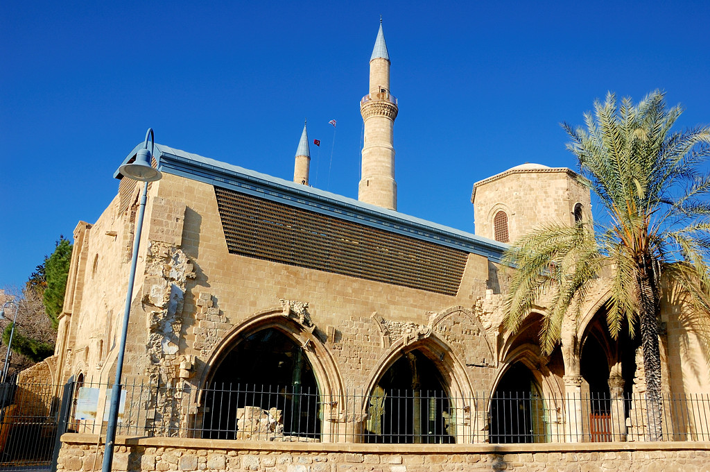 К мечети примыкают руины христианской церкви Св.Николая - Бедестен