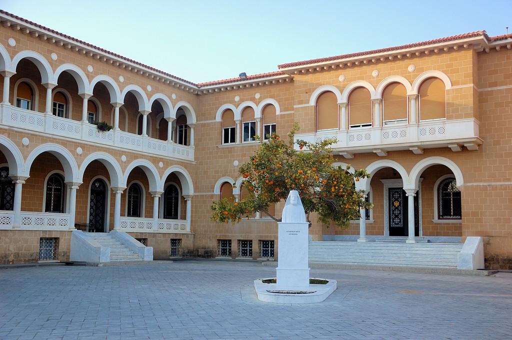 Архиепископский дворец и памятник архиепмскопу Макариосу