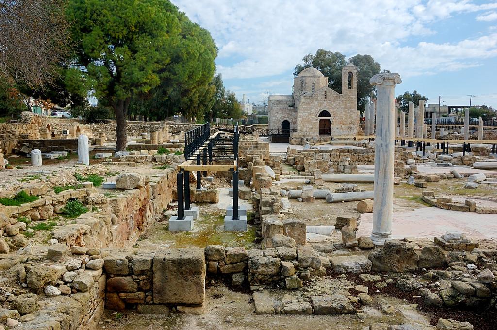 Развалины времен крестовых походов. Какой-то король ехал в Палестину, но умер здесь
