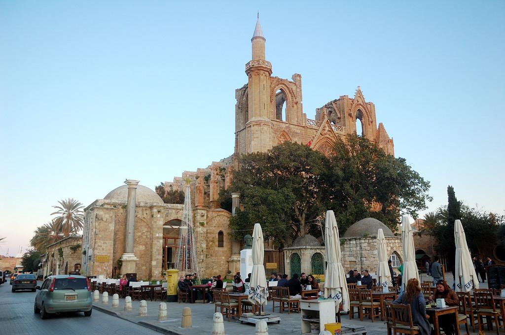 Чтобы переделать руины церкви в мечеть, турки достроили к ним маленький минарет