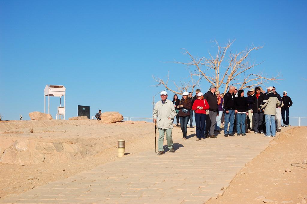 Туристы идут к Абу-Симбелу