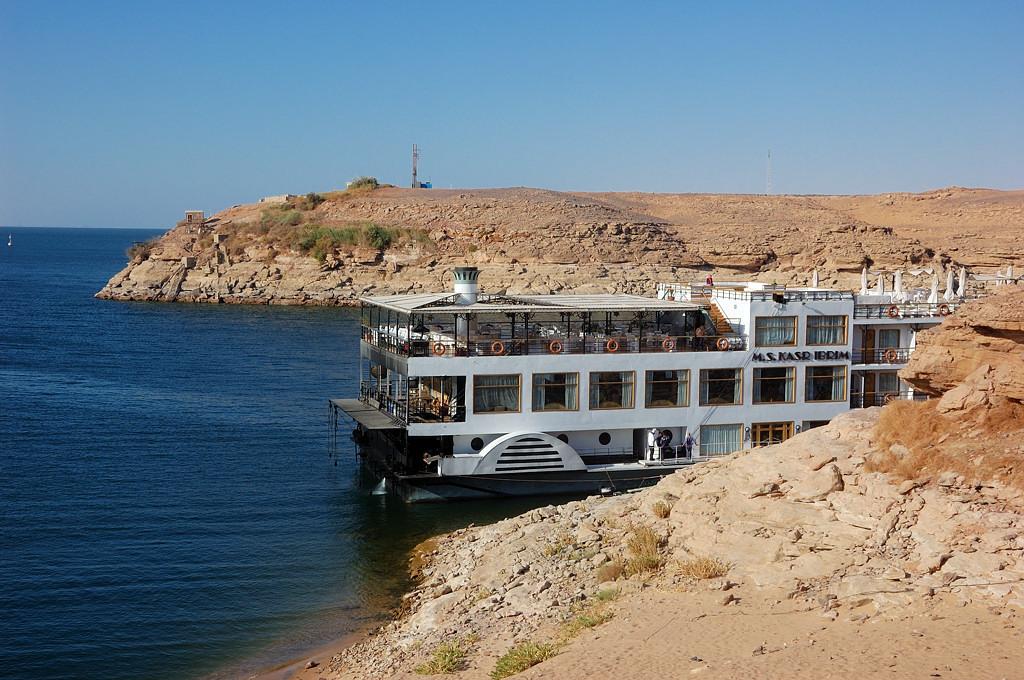 Круизное судно на водохренилище Насера