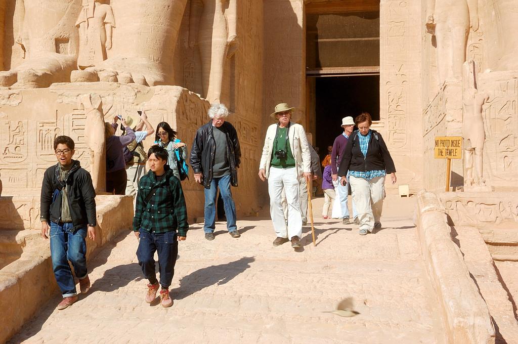 Туристы у входа в храм