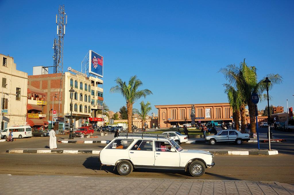 На площади у Асуанского вокзала