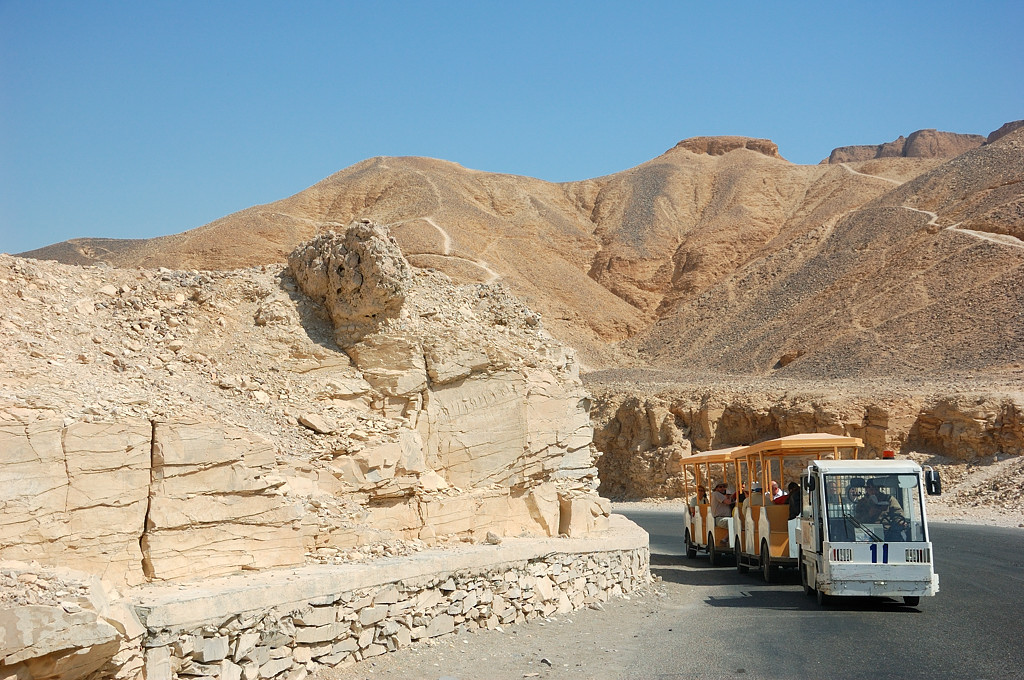 Туристический паровозик едет к Долине Царей
