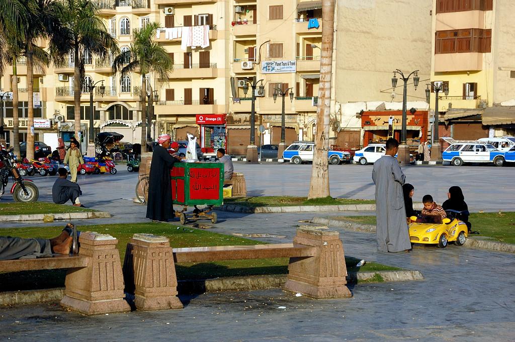 На центральной площади Луксора у Луксорского храма