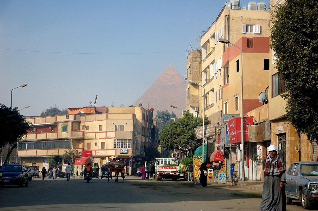 Из-за жилых домов показываются пирамиды