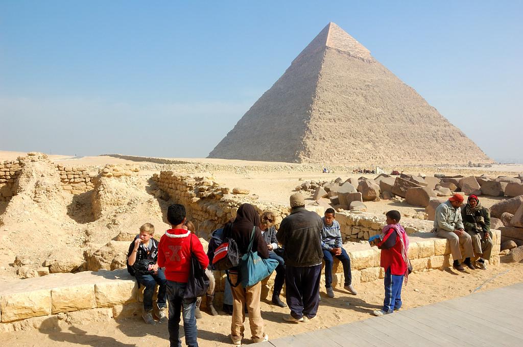 Народ у пирамиды Микерина. На фоне - пирамида Хефрена