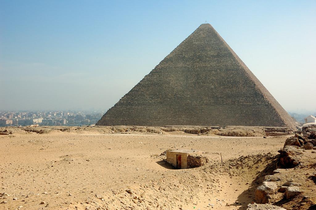 Вид с плато Гиза на Каир и пирамиду Хеопса
