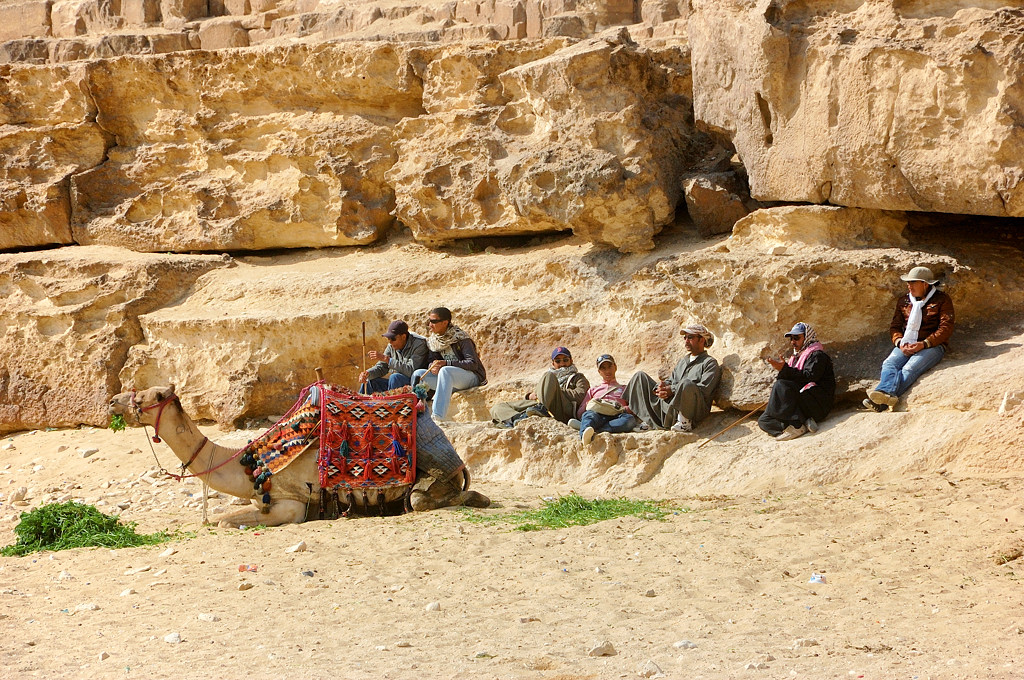 Народ у пирамиды Хефрена