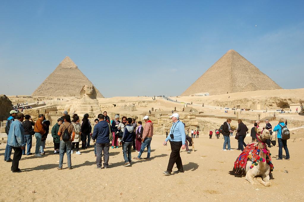 У входа на пирамиды