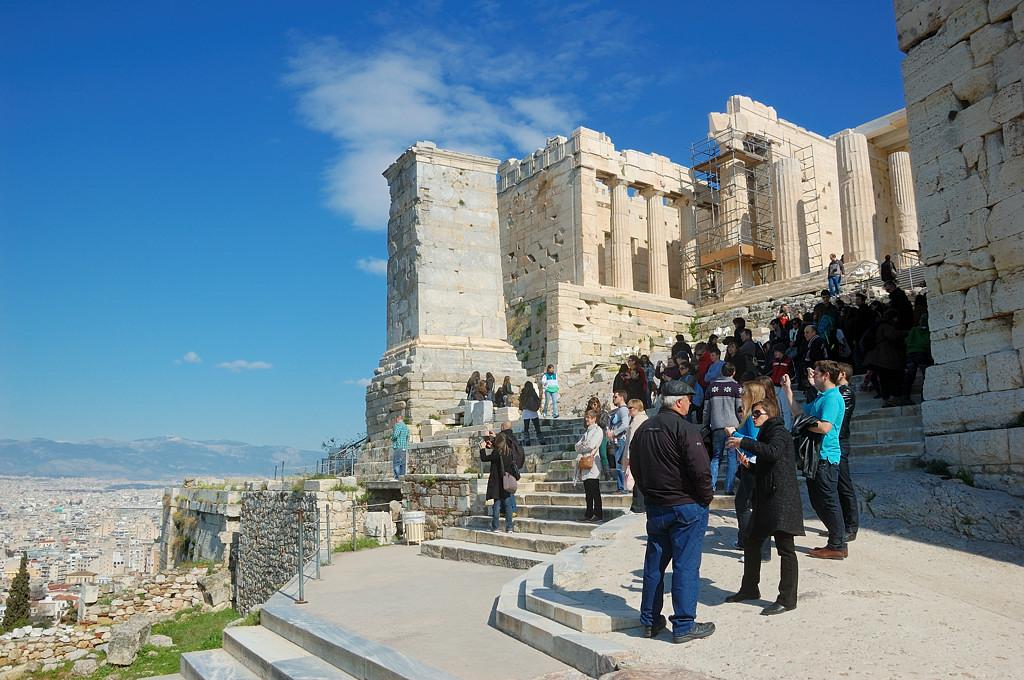 У входа на Акрополь