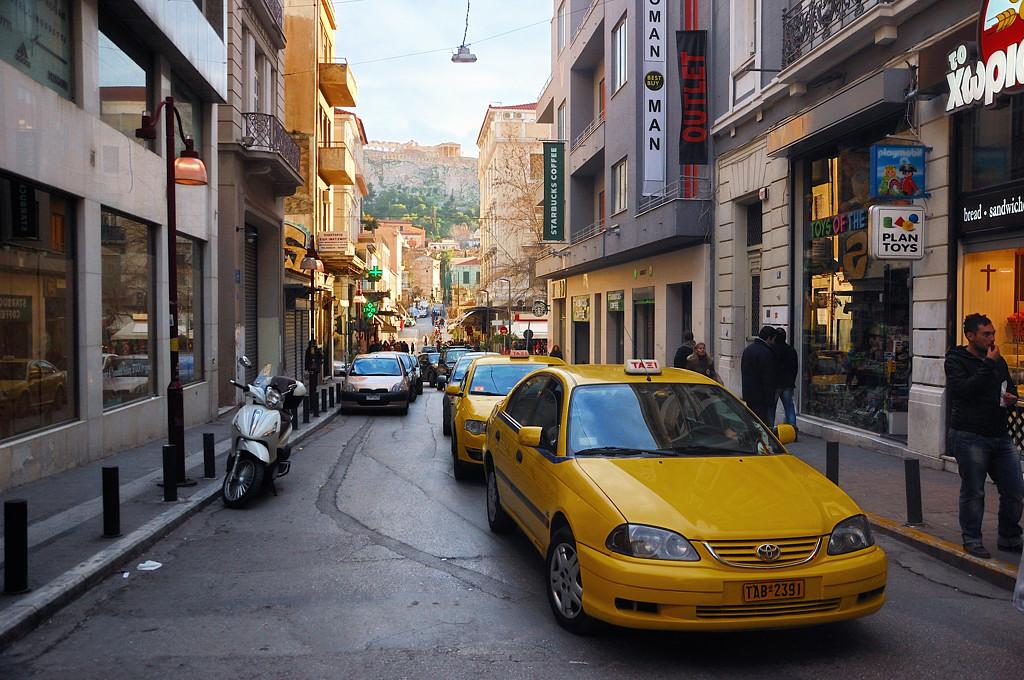 В центре Афин с видом на Акрополь