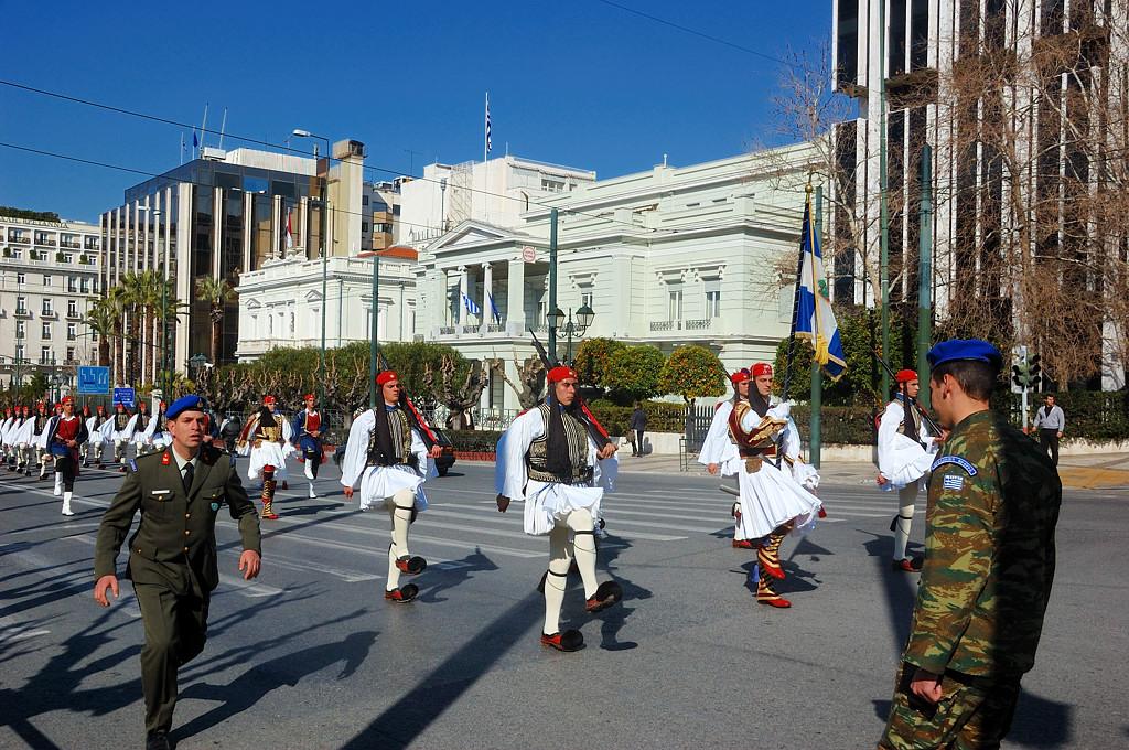 Марширующие гвардейцы-эвзоны